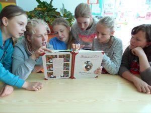 6. klassi tüdrukud uurimas toiduretsepte