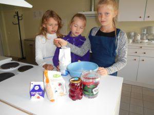 Mailii, Kai ja Sandra õppeköögis toimetamas