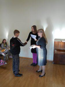 7.kl õpilane Alexandre Valgemäe õnnitlust vastu võtmas.