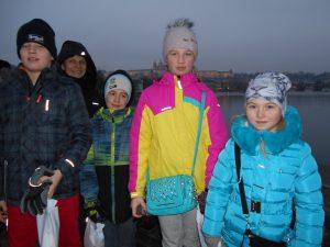 meie kooli õpilased Erik Ulm, Sandra Uustalu, Karolin Tiik, Otto-Valmar Õunas õpetaja Pille Raudsepaga ajaloolisel Karli sillal