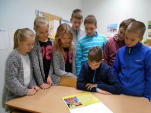 4. klassi õpilased kalendrit vaatamas