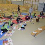 õpilased teevad saalikujunduse jaoks paberist puulehti